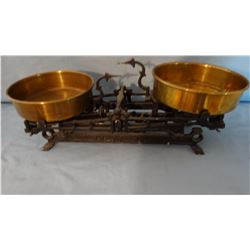 Cast iron scale, 2 brass pans