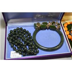Selection of vintage jewellery including nephrite jade bangle, beaded necklace and vermeil bracelet