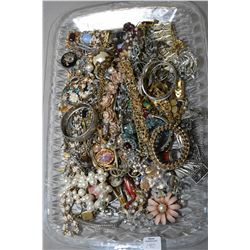 Tray lot of vintage costume jewellery including diamante necklaces, earrings, bracelets, brooches et