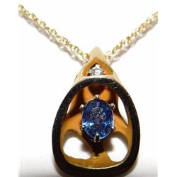 Yogo Sapphire pendent, single oval cut Yogo, 4.6 mm x 5 mm, 14 kt yellow gold