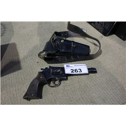 REVOLVER STYLE PELLET PISTOL WITH HOLSTER