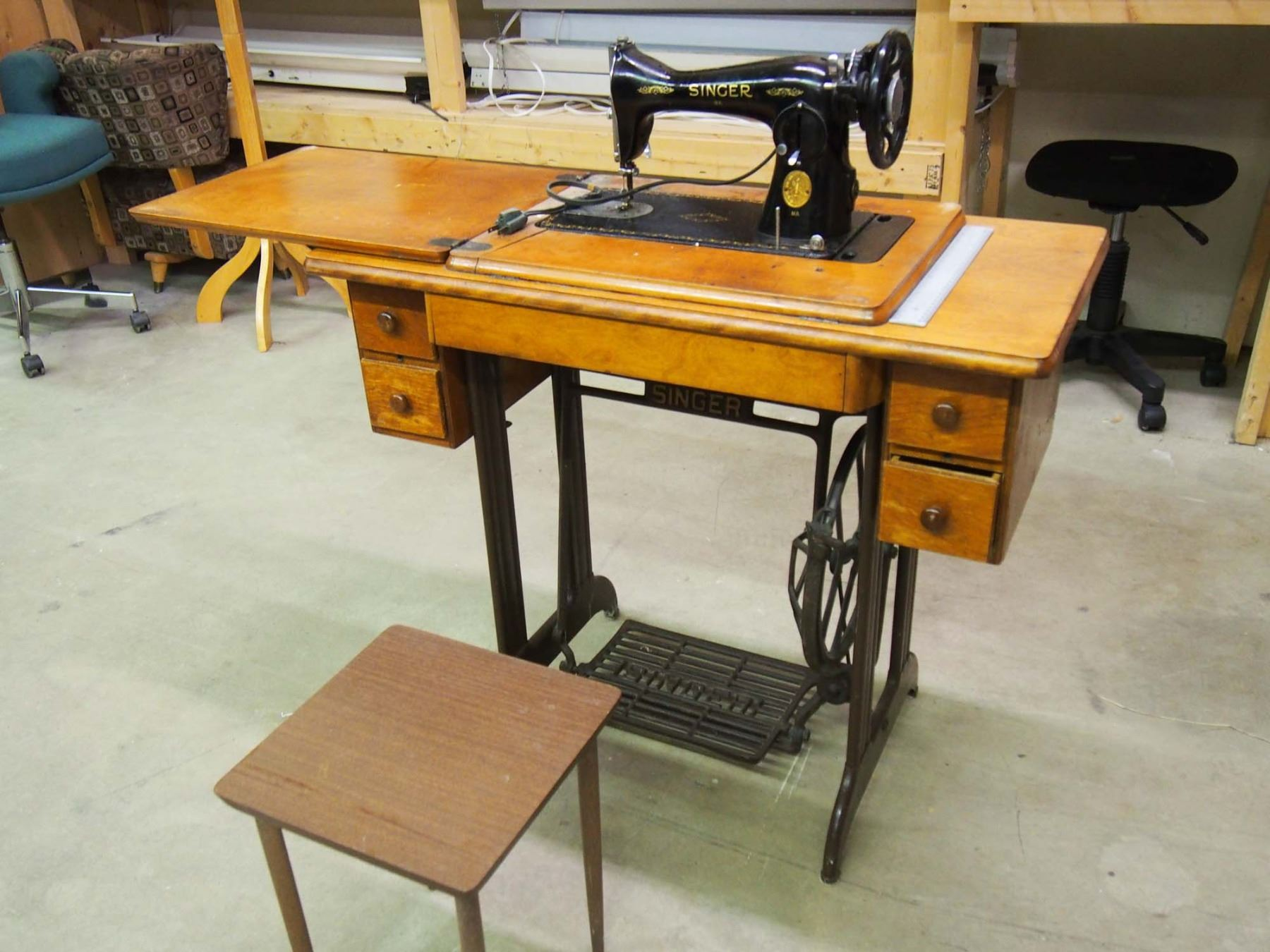 Image 1 : Vintage Singer Sewing Machine With Mini End Table ...