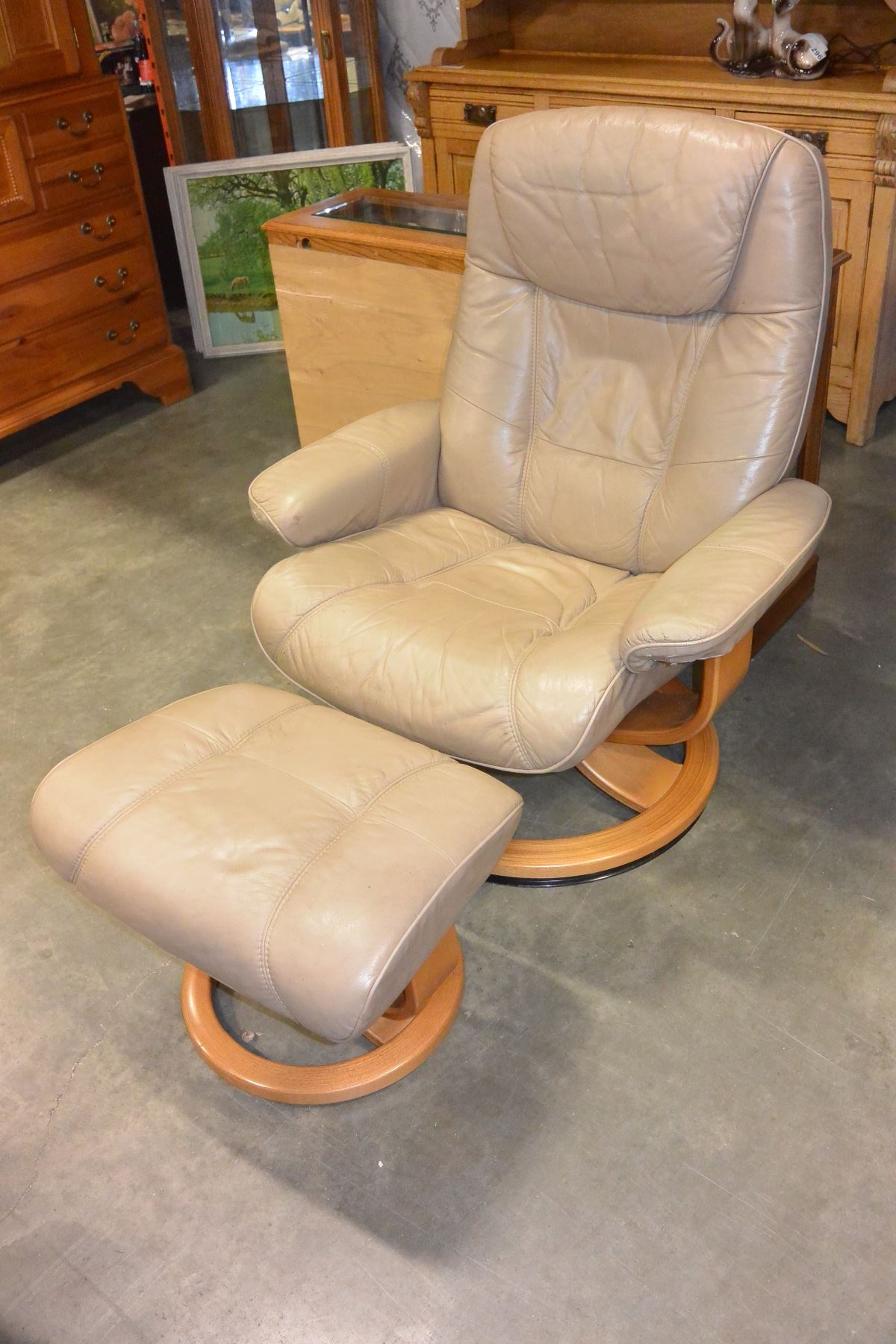 Image 1 : BEIGE LEATHER PALLISER RECLINER CHAIR AND OTTOMAN ...