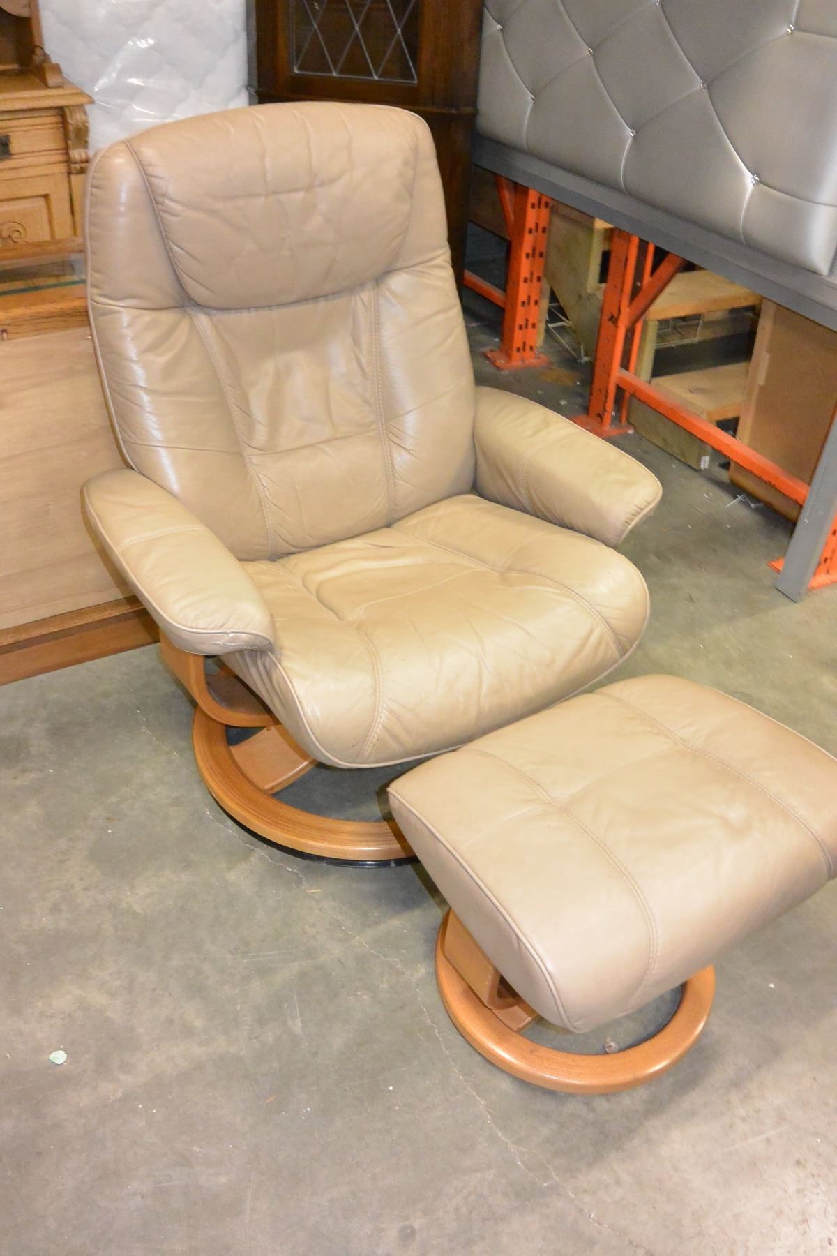... Image 3 : BEIGE LEATHER PALLISER RECLINER CHAIR AND OTTOMAN