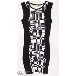 SIZE LARGE FORM FITTED GEOMETRIC SLEEVELESS MID