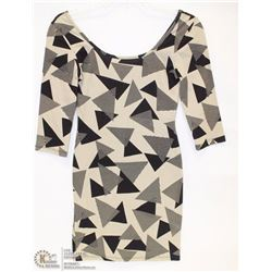 SIZE SMALL 3/4 LENGHT SLEEVE SCOOP NECK GEOMETRIC