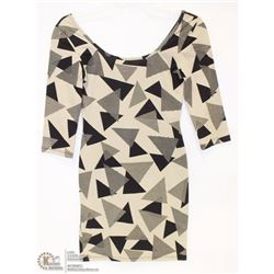 SIZE LARGE 3/4 LENGHT SLEEVE SCOOP NECK GEOMETRIC