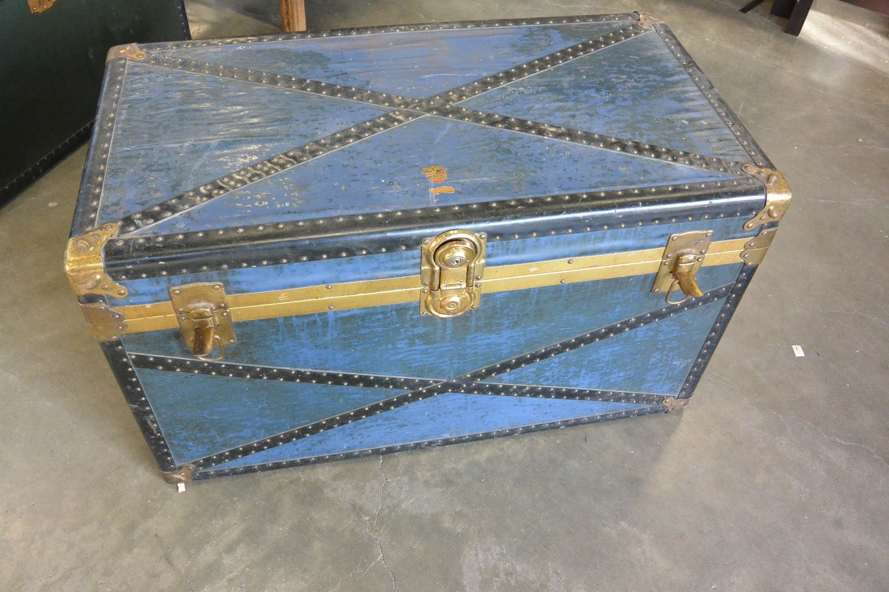 Image 1 : BLUE STORAGE TRUNK WITH TRAY ...