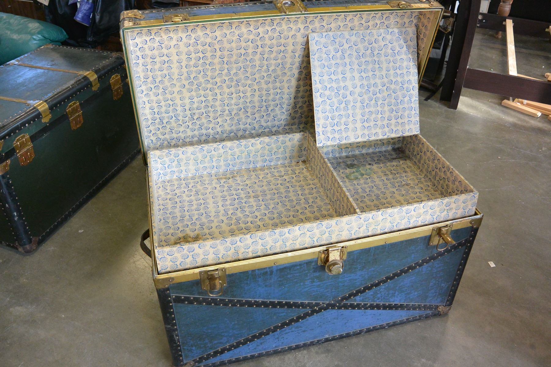 ... Image 3 : BLUE STORAGE TRUNK WITH TRAY ...
