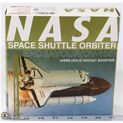 1:400 SCALE NASA ENDEAVOUR SHUTTLE DIE CAST.