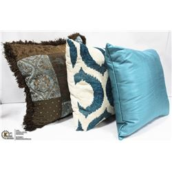 SET OF 3 SHOWHOME THROW PILLOWS