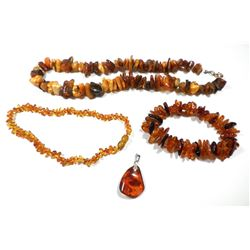 Collection of amber jewels: 2 bracelets, a necklace and a pendant