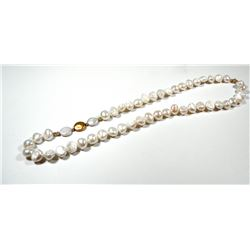 Necklace comprising large quality pearls and K14 gold beads