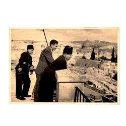 Interesting photo of a public figure visiting and observing Jerusalem with British soldiers, taken b