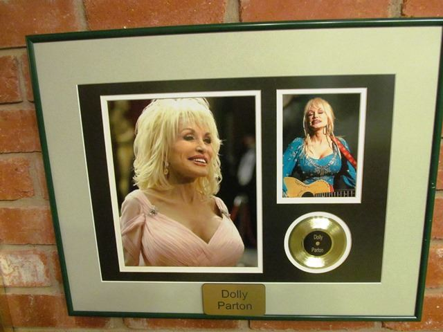 5 FRAMED PICTURES - COUNTRY GREATS - DOLLY PARTON, GARTH BROOKS ...