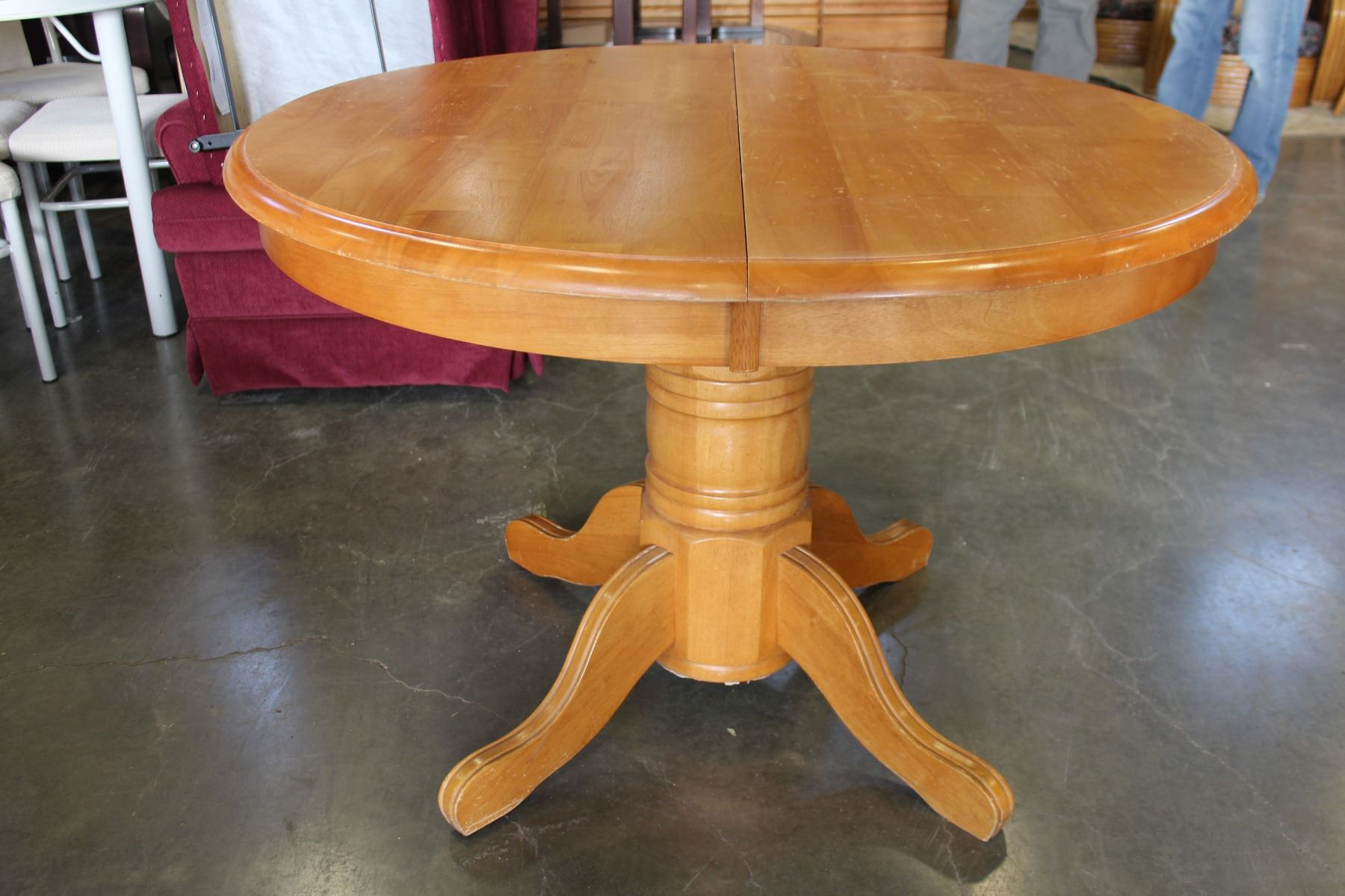 ... Image 2 : ROUND MAPLE DINING TABLE WITH JACK KNIFE LEAF AND FOUR OAK  ROLLING CHAIRS ...