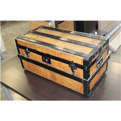 VINTAGE TRUNK WITH PATTERN MOTIF