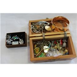 WOOD DRESSER BOX WITH JEWELLRY CONTENTS