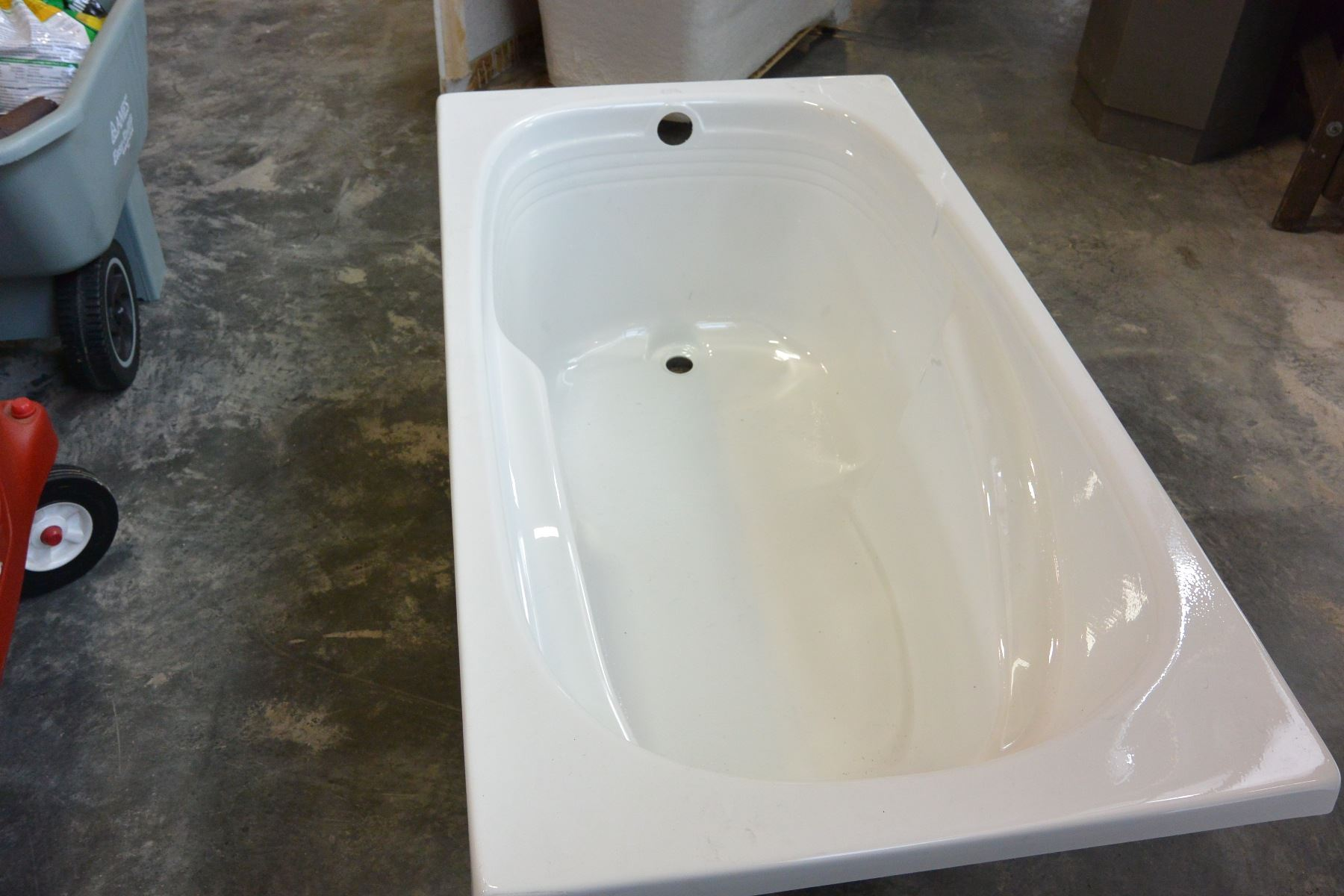 BATHTUB 5 FOOT BY 32 INCH BY 19 INCHES TALL