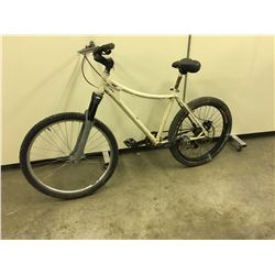 WHITE NO NAME FRONT SUSPENSION MOUNTAIN BIKE WITH REAR DISK BRAKE