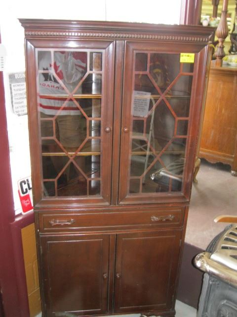 Image 1 : 1 CORNER LATTICE U0026 GLASS FRONT CHINA CABINET