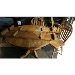 ROUND OAK DINING TABLE WITH 2 LEAFS AND 4 CHAIRS