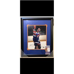 AUTOGRAPHED WAYNE GRETZKY PHOTO.  CERTIFICATE OF AUTHENTICATION AND MATCHING STICKER