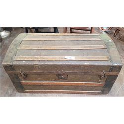 SMALL ANTIQUE TRUNK W/DOLLS