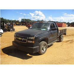 2005 CHEVROLET 2500HD FLATBED, VIN/SN:1GBHC24U95E306843 - S/A, V8 GAS ENGINE, A/T, 8' FLATBED BODY,