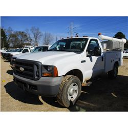 2005 FORD F350 SERVICE TRUCK, VIN/SN:1FDSF355X5ED35060 - V8 GAS ENGINE, A/T, READING SERVICE BODY, O