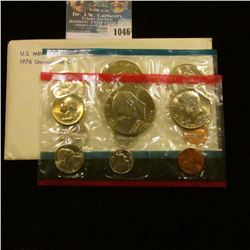 1046 _ 1976 P & D U.S. Mint Set in original government holder as issued. With Type Two Dollars.