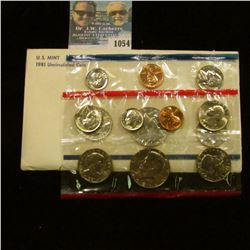 1054 _ 1981 P & D U.S. Mint Set in original government holder as issued. With Susan B. Anthony Dolla