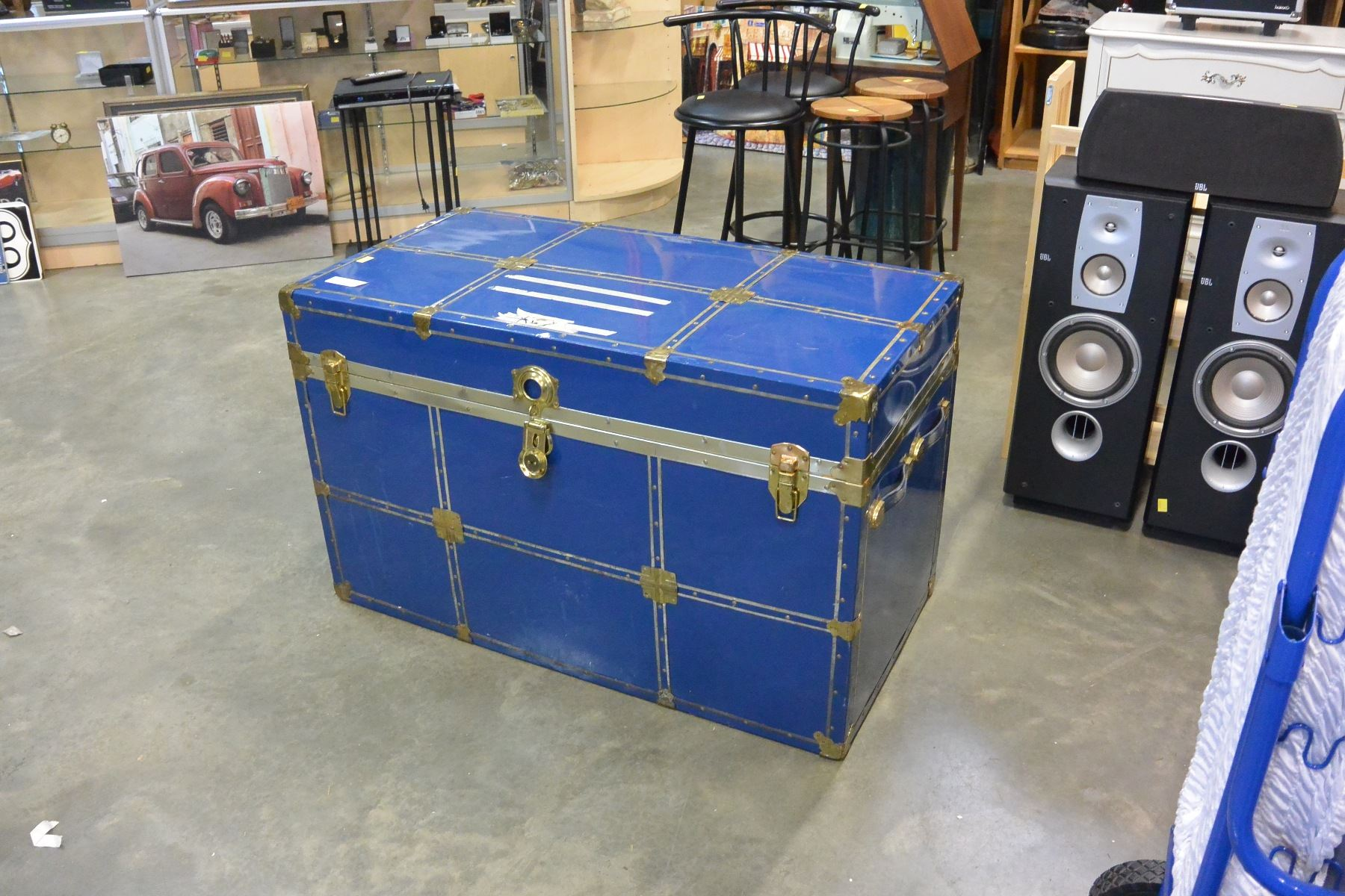 Image 1 : LARGE BLUE STORAGE TRUNK ...