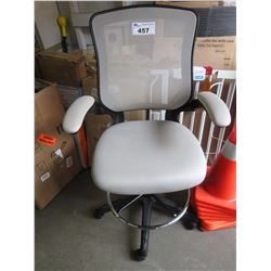 WHITE MESH ROLLING OFFICE CHAIR