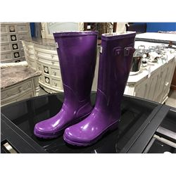 PAIR OF MB WOMENS PURPLE RUBBER BOOTS - SIZE 8