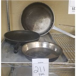 LOT OF 4PC OF 3 FRYING PANS AND 1 TRAY