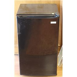 MAGIC CHEF 3.5 CUBIC FOOT MINI FRIDGE