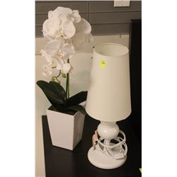 SHOWHOME WHITE TABLE LAMP AND FLOWER DECOR