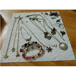 BAG OF ASSORTED JEWELRY & CHAINS