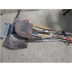 LOT OF GARDEN TOOLS (SHOVELS, SQUEEGY, ETC)