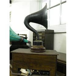 A Home Constructor's radio set, in wooden case and a B.t.h table horn, 18ins