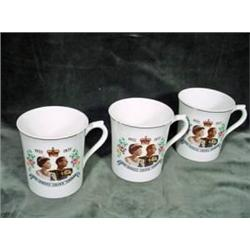 GROUP OF THREE MUGS COMMEMORATING THE QUEENS SILVER JUBILEE 1952-1977 BY MAYFAIR POTTERY.
