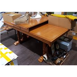 MAPLE DINING TABLE W/2 LEAVES