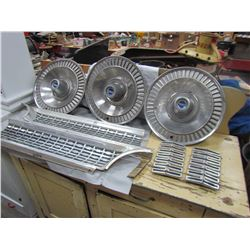 LOT OF GRILL PARTS & HUBCAPS (GALAXIE 500 1963) & HUBCAPS X3