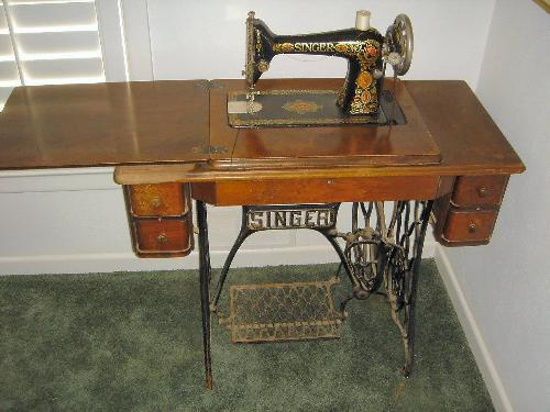 ... Image 3 : ANTIQUE SINGER SEWING MACHINE IN CABINET - ANTIQUE SINGER SEWING MACHINE IN CABINET