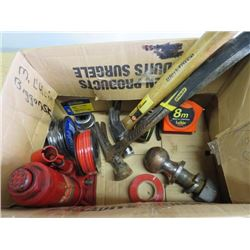 LOT OF ASSORTED TOOLS ( HAMMERS, TAPES, BOTTLE JACK, ETC…)
