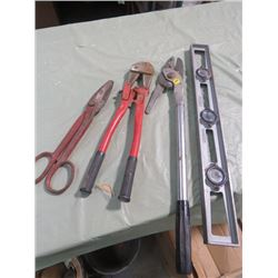 LOT OF ASSORTED TOOLS (BOLT CUTTER, TIN SNIP, LEVEL, ETC…)
