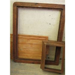 """LOT OF 3 MISC WOOD ITEMS (CUTTING BOARD 21"""" X 16"""" ) *FRAME 25.5"""" X 32""""* (TOP OF OLD RECORD PLAYER 11"""