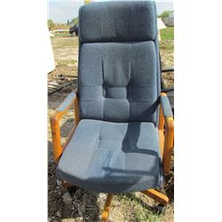 LOT OF 2 OFFICE CHAIRS (BLUE) *BLACK* (BOTH ON WHEELS)