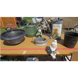 LOT OF 7 YARD DECOR ITEMS (2 X GNOMES) *3 WATERING CANS* (2 X PLANTERS)